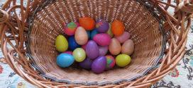 Barvení velikonočních vajíček zvládnete i bez kupovaní speciálních barev